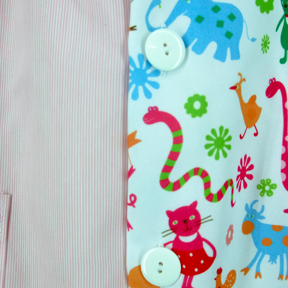 Bata escolar modelo brisa  lista rosa con estampado granja.detalle.